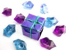 Proue violette au-dessus d'un fond blanc avec des cristaux Image libre de droits