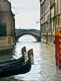 Proues de deux gondoles à Venise Photos stock