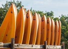 Proues ou avant de beaucoup de kayaks ou de canoës de plastique Photographie stock libre de droits