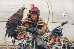PROVÍNCIA DE BAYAN-OLGII, MONGÓLIA - OUTUBRO 01, 2017: Mongolian tradicional Eagle Festival dourado Mongolians desconhecidos Hunt Imagens de Stock