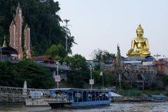 PROVÍNCIA DE CHIANG RAI, TAILÂNDIA - 4 DE NOVEMBRO DE 2017: Estátua da Buda no triângulo dourado Imagens de Stock