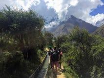 Província de Cusco, Peru - 8 de maio de 2016: Um grupo novo de internati foto de stock