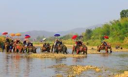 A província de Srisatchanalai, Tailândia-abril 7,2019, muitos povos comemora na cultura velha tailandesa foto de stock royalty free