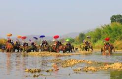 A província de Srisatchanalai, Tailândia-abril 7,2019, muitos povos comemora na cultura velha tailandesa fotos de stock royalty free