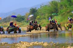 A província de Srisatchanalai, Tailândia-abril 7,2019, muitos povos comemora na cultura velha tailandesa imagem de stock