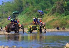 A província de Srisatchanalai, Tailândia-abril 7,2019, muitos povos comemora na cultura velha tailandesa fotografia de stock