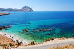 Província de Trapani, Sicília, Itália - opinião da baía e da praia do mar do litoral entre o Capo do lo de San Vito e o Scopello Fotografia de Stock