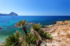 Província de Trapani, Sicília, Itália - opinião da baía e da praia do mar do litoral entre o Capo do lo de San Vito e o Scopello Imagens de Stock Royalty Free