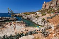 Província de Trapani, Sicília, Itália - opinião da baía e da praia do mar do litoral entre o Capo do lo de San Vito e o Scopello Imagem de Stock Royalty Free
