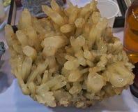 Prov av den gula svavelkristallen, slut upp royaltyfri bild