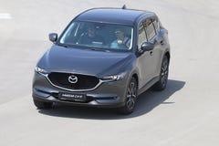 Prov-drev av den andra utvecklingen restyled Mazda CX-5 övergång SUV Royaltyfri Foto