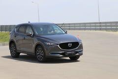 Prov-drev av den andra utvecklingen restyled Mazda CX-5 övergång SUV Fotografering för Bildbyråer