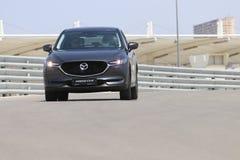 Prov-drev av den andra utvecklingen restyled Mazda CX-5 övergång SUV Arkivbild