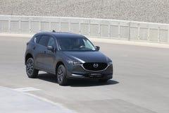 Prov-drev av den andra utvecklingen restyled Mazda CX-5 övergång SUV Royaltyfri Bild