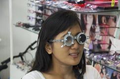 Prov för öga för thailändsk kvinnakontroll optiskt eller visuell skärpa för framställning av gl Royaltyfri Bild
