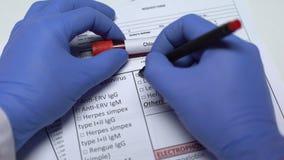 Prova del cloroformio, medico che controlla malattia nello spazio in bianco del laboratorio, mostrante campione di sangue stock footage