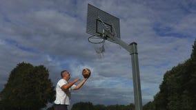 Prova del giocatore di pallacanestro per gettare palla nel canestro archivi video