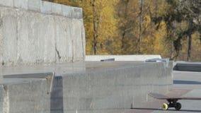Prova del skateboarder un trucco di frantumazione sul bordo e sulla caduta, rallentatore video d archivio