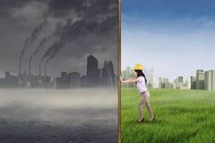 Prova dell'ingegnere per fare una città verde Fotografie Stock Libere da Diritti