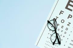 Prova dell'occhio, esame degli occhi Vetri con le lenti ottiche trasparenti sul grafico di prova dell'occhio fotografie stock