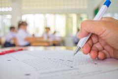 Prova della mano degli studenti che fa esame con il selecte del disegno a penna fotografia stock