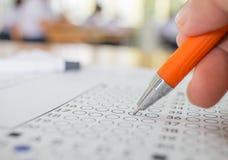 Prova della mano degli studenti che fa esame con il selecte del disegno a penna immagini stock libere da diritti
