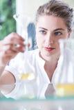 Prova di conduzione del chimico delle sostanze Fotografie Stock Libere da Diritti