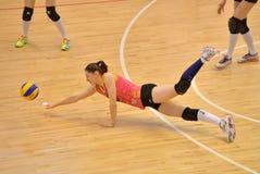 Prova di Georgiana Fales per conservare un punto durante la partita fra il CSM Bucarest e CS Stiinta Bacau Immagini Stock Libere da Diritti