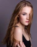 Prova di modello di fucilazione di giovane ragazza graziosa Posa di modello professionale nello studio su un fondo nero Immagine Stock Libera da Diritti