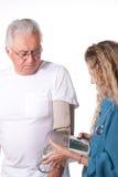 Prova di pressione sanguigna in ospedale Fotografia Stock Libera da Diritti