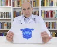 Prova di Rorschach della holding dello Psychotherapist Fotografia Stock