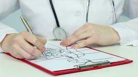 Prova di scrittura dello studente di medicina durante la classe di anatomia, studiante fisiologia umana archivi video