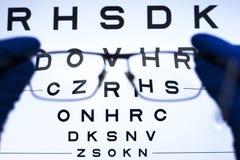 Prova di visione con le lettere e selezione delle lenti per i vetri concetto di visione difficile fotografie stock libere da diritti