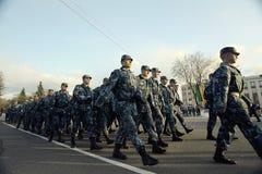 Prova generale della parata militare in Vologda l'8 maggio 2014, in Vologda, la Russia immagini stock