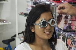 Prova ottica dell'occhio del controllo tailandese della donna o acuità visiva per la fabbricazione del gl Fotografia Stock