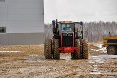 Prova su strada del trattore sulla gamma speciale della sporcizia fotografie stock libere da diritti