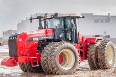 Prova su strada del trattore sulla gamma speciale della sporcizia Immagini Stock Libere da Diritti