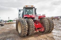 Prova su strada del trattore sulla gamma speciale della sporcizia Immagine Stock Libera da Diritti