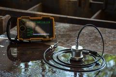 Prova ultrasonica per individuare imperfezione o difetto del piatto d'acciaio immagine stock