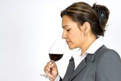 Provador latino-americano do vinho da mulher de negócio imagem de stock