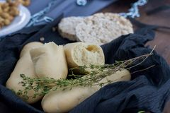 Provando o pão branco com as ervas na tabela fotografia de stock