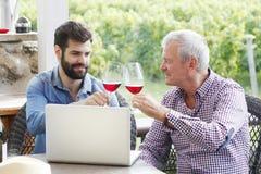 Provando o vinho Imagem de Stock Royalty Free