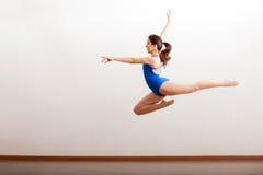 Provare un grande salto di balletto Fotografie Stock