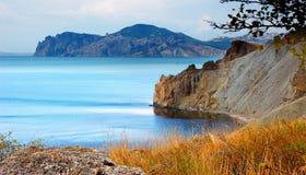 Provato-Bucht und Gebirgszug Kara Dag, Herbst Krim, nahe Feodosiya Lizenzfreies Stockbild