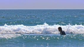 Prove del principiante del surfista per prendere onda nell'ambito di sole video d archivio