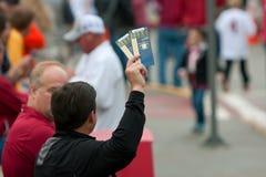 Prove dell'uomo per vendere i biglietti per il partito del campionato di sec Immagine Stock