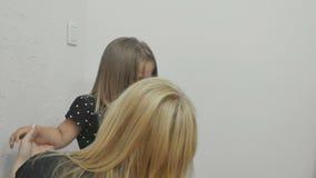 Prove della donna per tenere calma una bambina turbata gridante archivi video