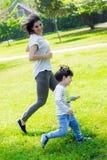 Prove della madre per prendere suo figlio Immagine Stock Libera da Diritti