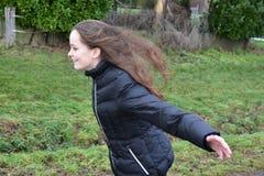 Prove della ragazza da volare nella tempesta Fotografie Stock