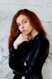Prove di modello Bella ragazza della testarossa con capelli ricci Colore naturale Ritratto di Krupneishego su un fondo del matton Immagini Stock
